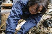 一名母亲在废墟里徒手寻找女儿