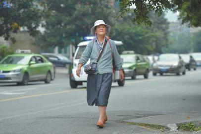 每周一,唐陵都要花50分钟赶到老年大学上课。