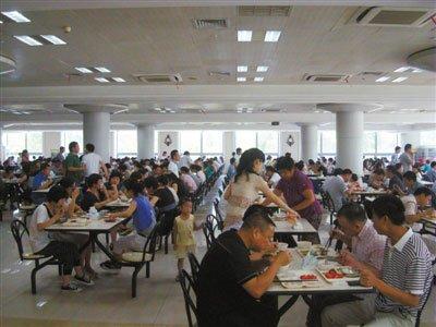 7月12日,温州市政府食堂。按细则规定,温州市内各机关从事公务活动,凡建有食堂的,一律在食堂安排工作餐