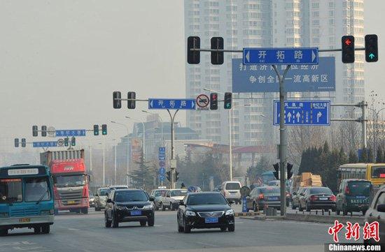 济南1公里路段内设10组红绿灯 交警称为方便