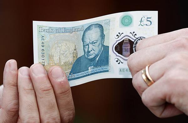 英国发行首款塑料钞,首批发行面值为5英镑,数量4.4亿张