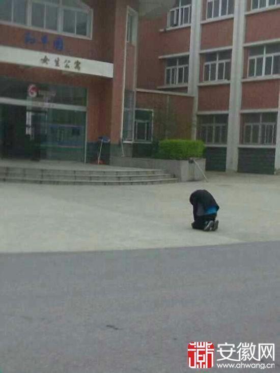 高清图—滁州职业技术学院男生在楼外跪一夜 为求女友原谅