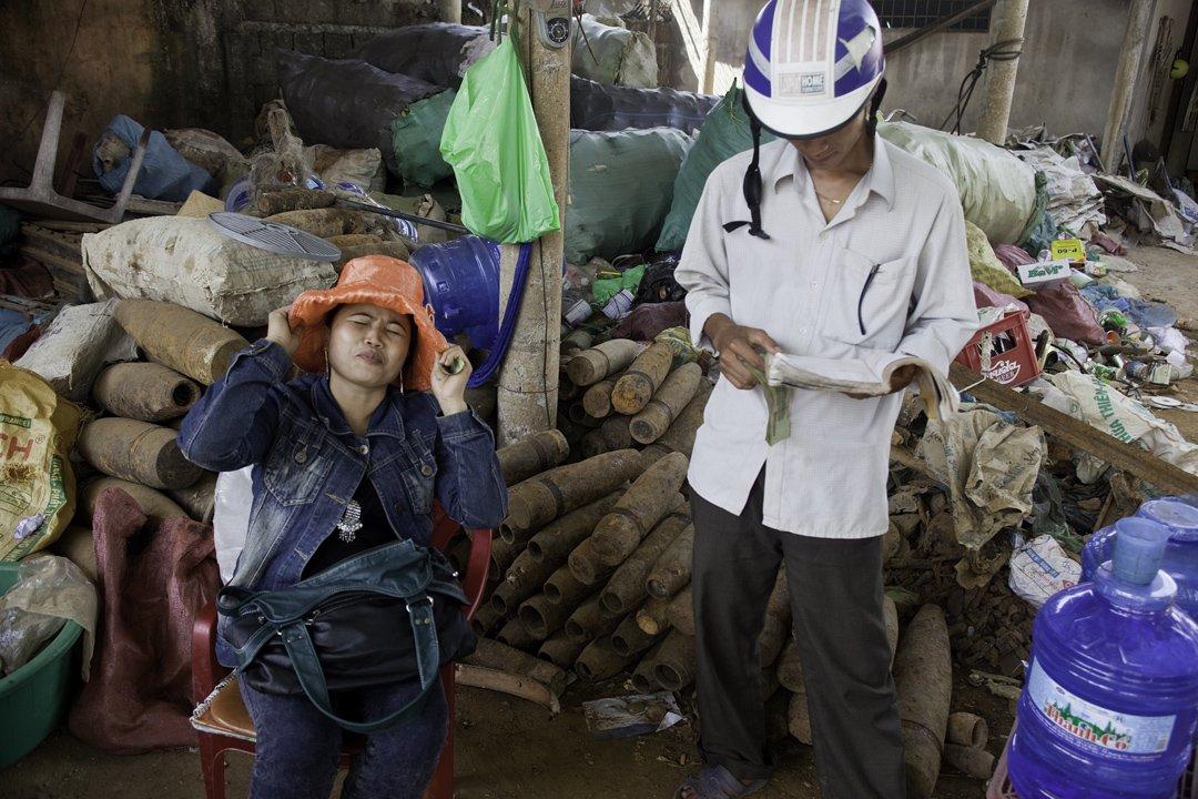 越南广治省的废品交易商 。他们将引爆的炸弹从土里挖出,卖掉其中的金属。摄影/Sam Sweezy