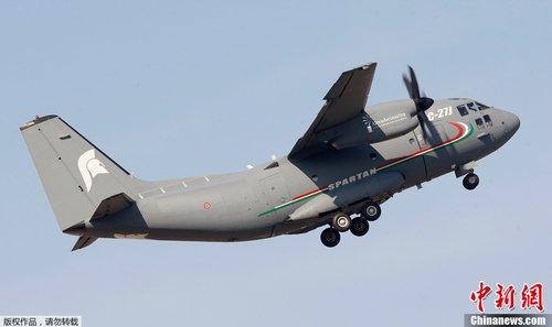 迪拜航展飞行表演队在空中绘出巨大心形图案