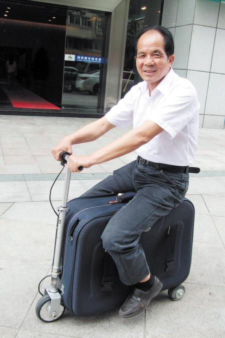 农民花10年发明载人行李箱 堪称世界最轻(图)