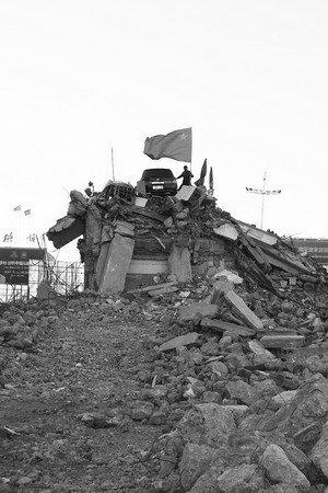 辽宁再现暴力强拆 房主父亲楼顶举国旗对抗