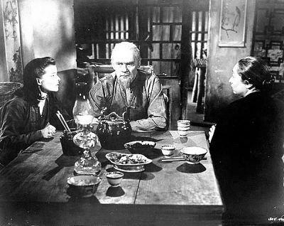 谭家老两口颇具中国村落老人的神韵,老太太用发钗剔牙掏耳朵都拍出来了。
