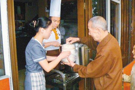 """小饭馆供免费""""爱心粥""""早餐 两年未间断(图)"""