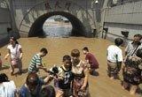 重庆市民洪水中享受凉意