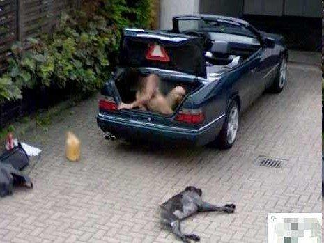 谷歌街景拍下诡异画面:车边现裸男死狗(图)