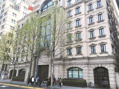 外滩8号的金延大楼,也成为了中晋系的办公场所,4月9日,门口仍有投资者聚集