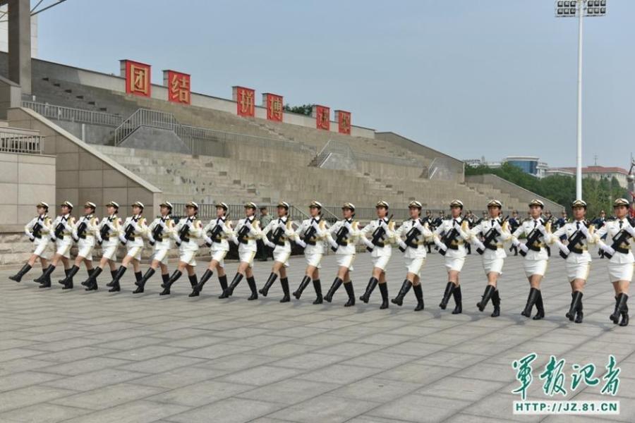 探访受阅女兵 咬筷子练微笑胸挺长杆对齐2015.8.26 - fpdlgswmx - fpdlgswmx的博客