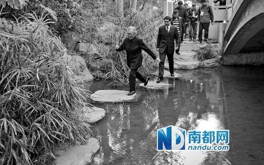 """邓先群在罗三妹山体验""""摸着石头过河""""。南都记者叶志文摄"""