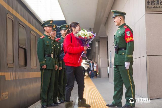 1年只见3面 军嫂与武警直接在春运站台办婚礼