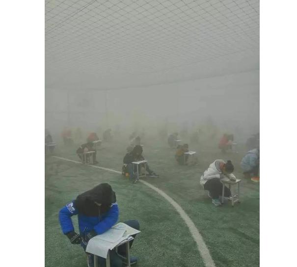 新闻哥吐槽:河南400多名学生雾霾天在操场考试 校长称雾霾不严重 你一起呗?图片