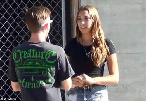 爱爱_英国女孩街头实验:半数男性愿同陌生女子爱爱