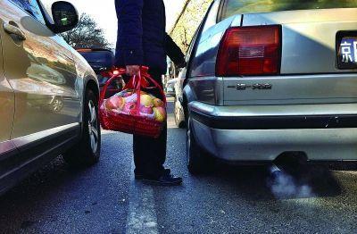 今天上午,在北医三院门前等候进停车场的车一直未熄火,车上乘客到马路对面买完果篮回来车辆也未挪地