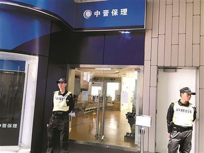 陆家嘴未来资产大厦,中晋系办公地点大门紧闭,只有保安在门口把守