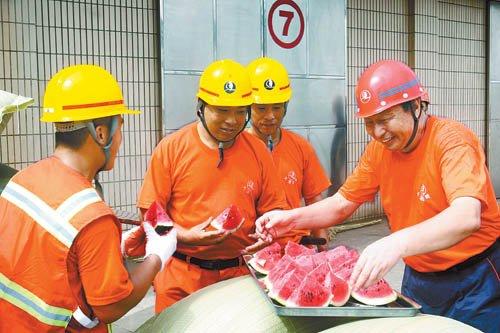 近日,中国青年报记者在山东青岛港采访时发现,青岛港的两万多名员工