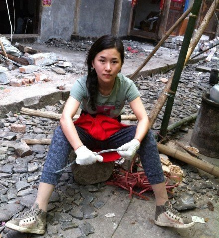 汶川地震断腿女教师赴芦山灾区当志愿者(组图)