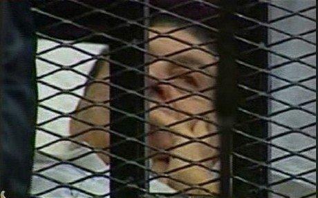 穆巴拉克躺在病床被送进法庭 可手势交流(图)