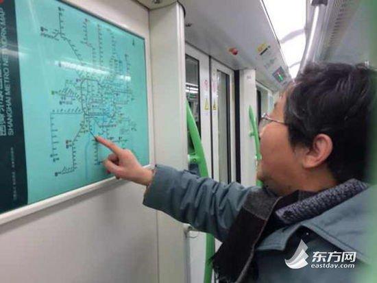 车厢内,市民姚阿姨正在研究路线图