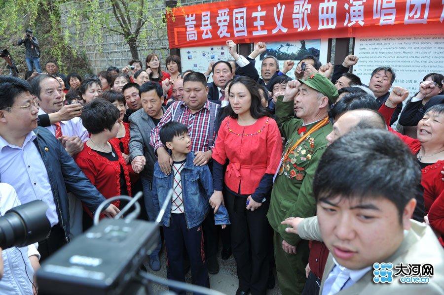 组图:毛新宇携夫人游河南天池山 当众唱红歌