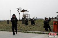 高清图:川西监狱女子特警追逃演练显雄威
