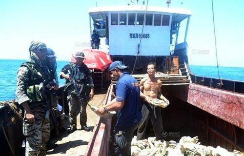 黄岩岛被困中国渔民:曾被菲军逼迫签外文文件