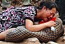 舟曲母亲抱孩子遗体痛哭