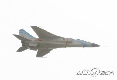 西部网记者现场拍摄的坠毁战机在坠毁前进行表演的现场照片