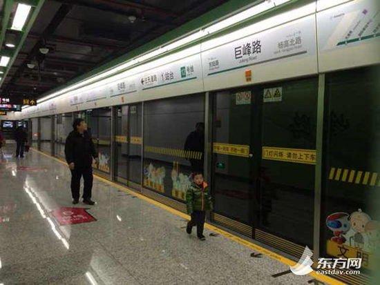 相比16号线,今天载客试运营的12号线人气稍逊,图为冷清的天潼路站站台。