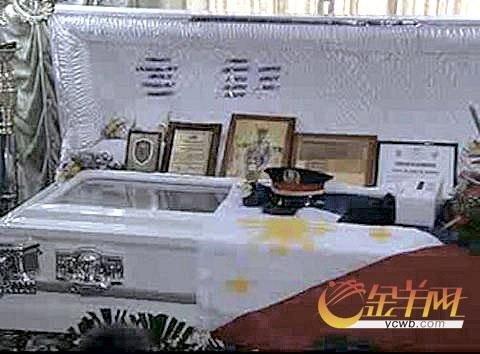 菲律宾电视新闻截图显示,门多萨的棺木上一度覆盖着菲国旗。