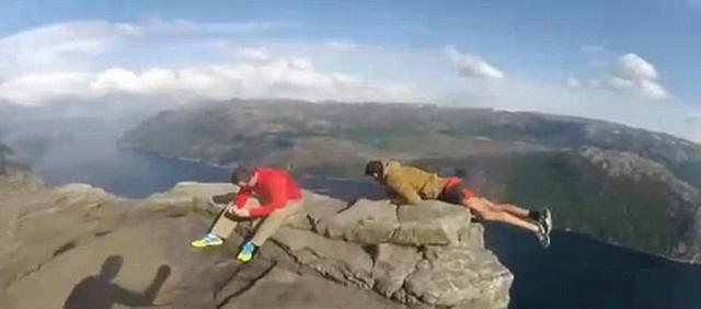 澳洲游客不顾危险 单手挂在悬崖边拍照(组图)
