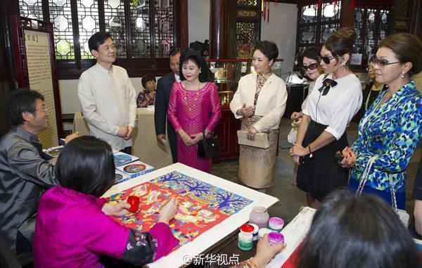 彭丽媛邀出席亚信峰会领导人夫人观顾绣赏昆曲