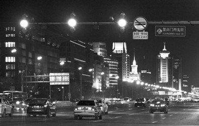 昨日,在长安街西单路口,黄灯亮起时,车辆正从路口驶过。新京报记者 周岗峰 摄