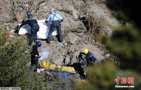 当地时间3月26日,德国之翼航空公司失事客机救援现场发现遇难者遗体。据了解2015年3月24日,德国之翼航空公司一架由西班牙巴塞罗那飞往德国西部城市杜塞尔多夫的空客A320客机在法国南部坠毁,现场无人生还迹象。