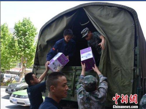 四川汶川县紧急驰援雅安芦山灾区