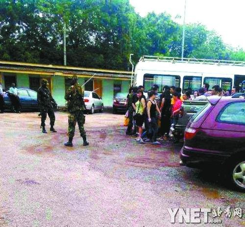 2013年6月,加纳军警在中国采金人居住地执法检查。