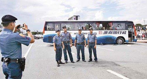 菲律宾警察在香港游客遭劫现场拍照留念