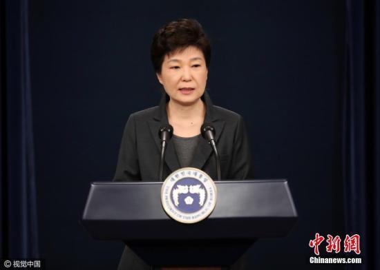 """资料图:当地时间2016年11月4日,韩国,电视在直播总统朴槿惠讲话。韩国总统朴槿惠当天发表电视直播讲话,就好友崔顺实""""幕后干政""""事件再次表达立场。她表示,如果国民要求的话,为查明真相,将诚实配合检方调查。当地时间11月4日公布的盖洛普民调结果,韩国总统朴槿惠的支持率已降至5%,创下所有韩国总统的最低纪录,凸显亲信干政丑闻对其造成的冲击。报道称,盖洛普表示,该机构在11月1日至3日访问了1005名韩国民众,结果显示89%参与调查的人不满意朴槿惠的执政表现。图片来源:视觉中国"""