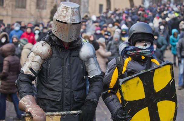 乌克兰示威者制古代战争武器 铠甲投石机齐上阵
