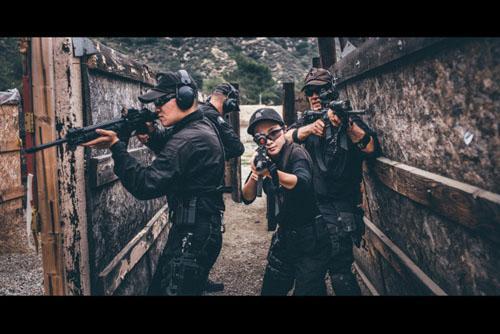 中国女子美国玩枪百步穿杨 令狙击手刮目(组图)