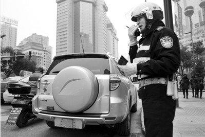 昨日,贵阳一司机未悬挂牌照被记12分、罚款100元。图/CFP