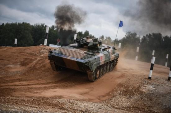"""国产步战车杨威国际赛场:上演""""速度与激情"""""""