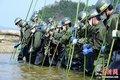 日本百年小学被海啸摧毁 自卫队员搜寻失踪者
