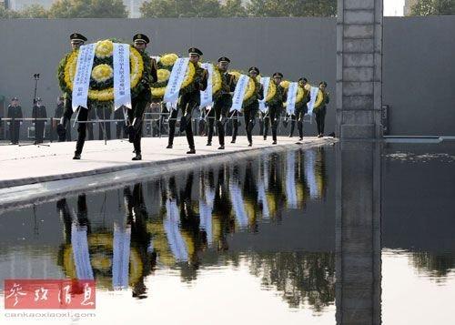 12月13日,武警战士向30万遇难同胞敬献花圈。新华社记者 孙参 摄