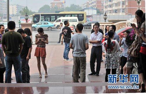 5月28日,在天津市区,感到明显震感的市民跑出户外躲避。 新华社记者 岳月伟 摄