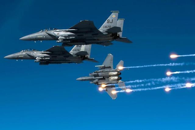 美媒:中美战机差距显著缩小 歼10已可匹敌F15