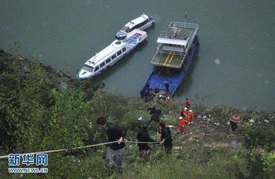 湖北兴山大型客车坠河 至少造成16死17伤(图)